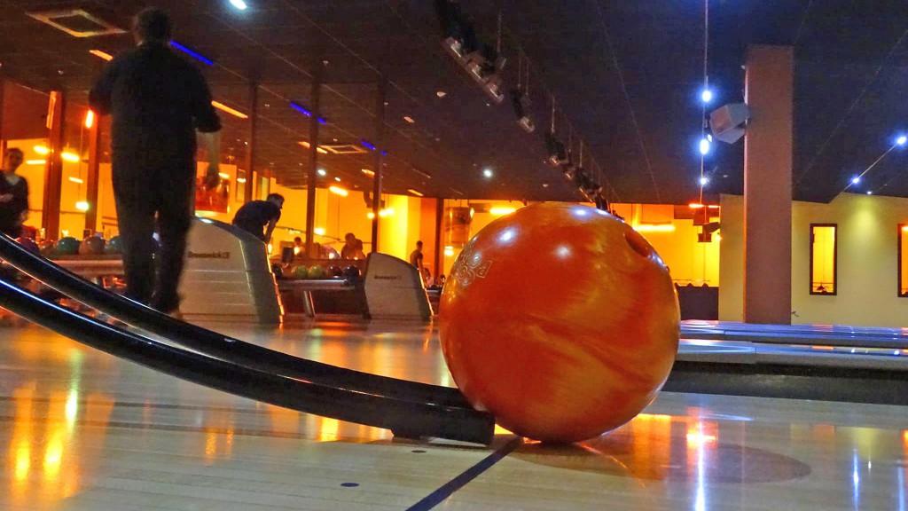 Bowlingkugel liegt am Ende einer Rampe für Spieler im Rollstuhl.