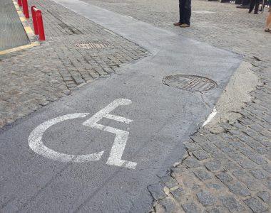 Glatter Weg für Rollstuhlfahrer im ansonsten mit Pflastersteinen belegtem Hafen von Barcelona
