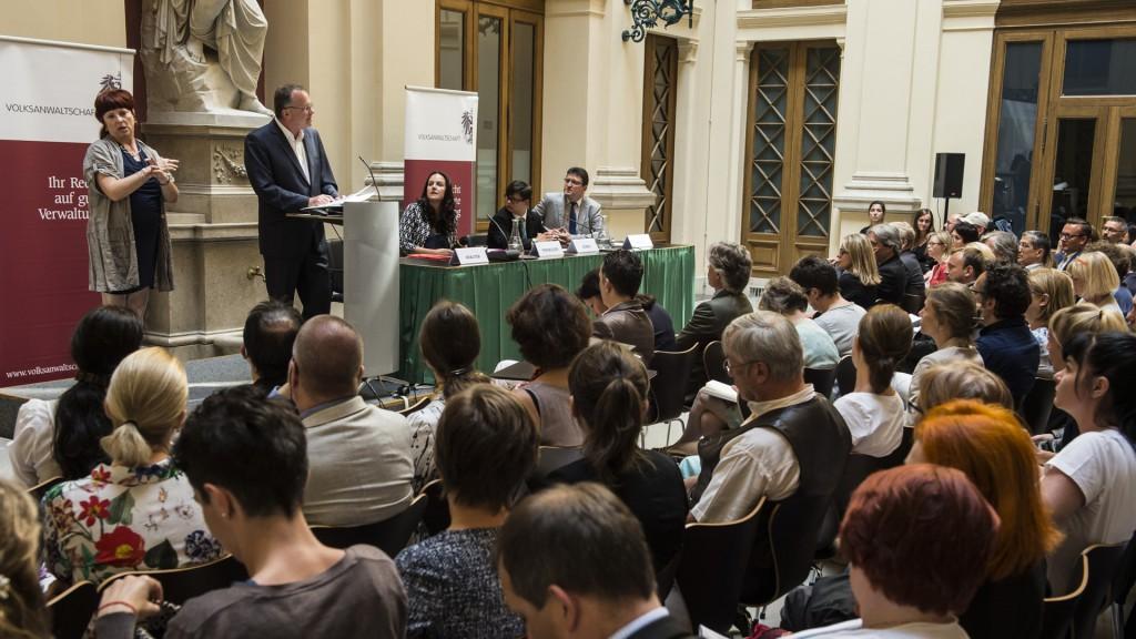 Volksanwalt Günther Kräuter am Rednerpult beim NGO Forum 2016