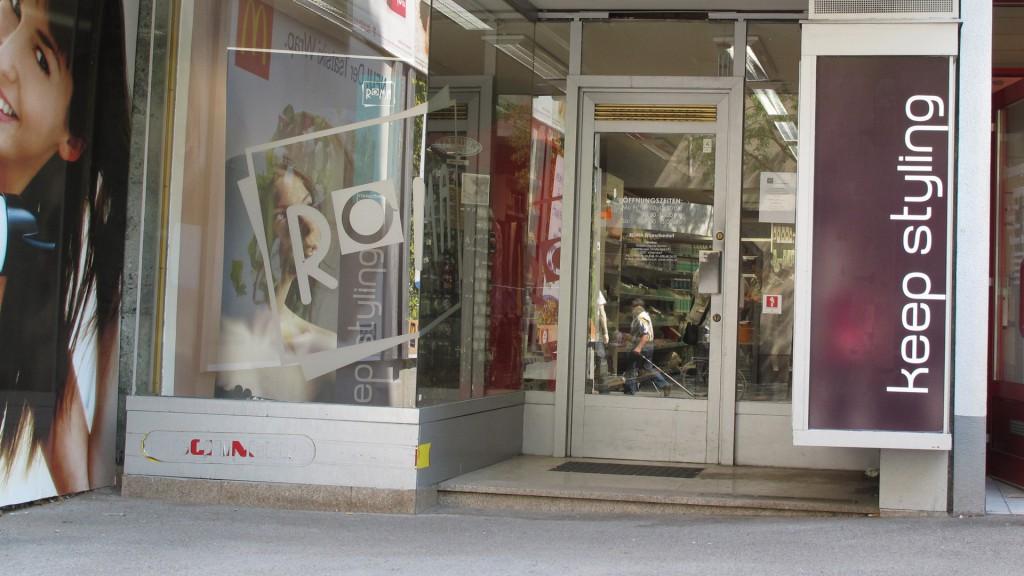 Wiener Geschäft (Frisör) mit Stufe beim Eingang