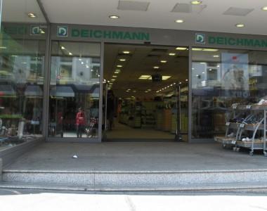Wiener Geschäft (Deichmann) mit Stufe beim Eingang