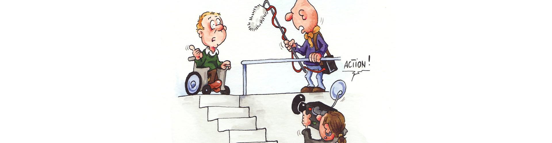Ein Mann im Rollstuhl steht am oberen Ende einer Treppe. Er redet mit dem Kamerateam: