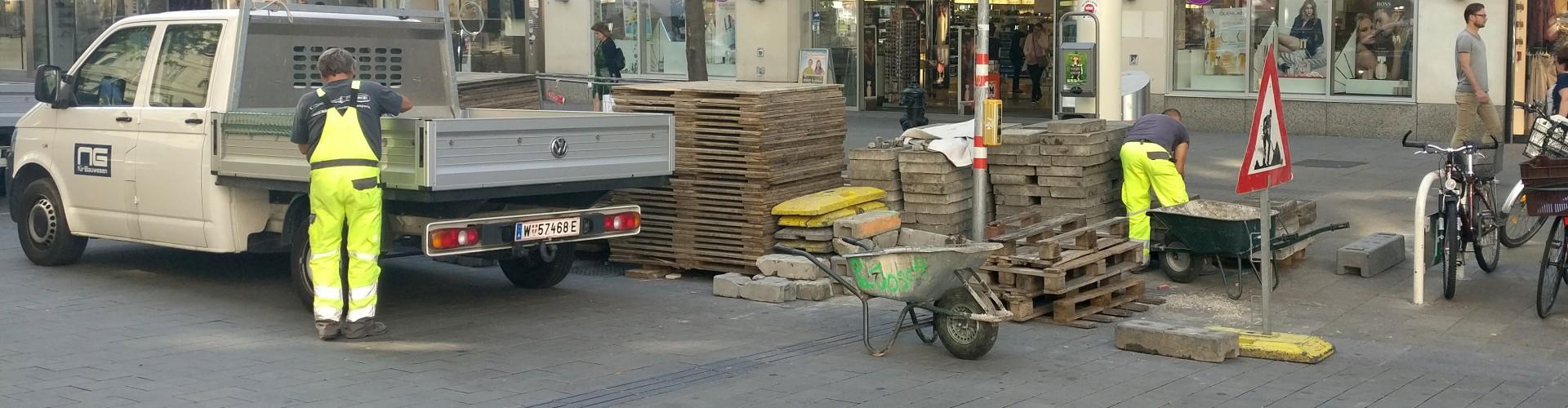 Eine Ampel für Blinde und Sehbehinderte und das Leitliniensystem auf der Mariahilferstraße in Wien ist von Baumaterial umstellt und dadurch unbenutzbar.