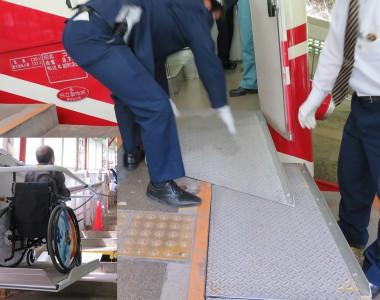 Ein Rollstuhlfahrer auf einem Treppenlift fährt auf ein aufgebautes Podest in der Mitte einer Treppe um von dort per Rampe in eine Standseilbahn zu fahren.