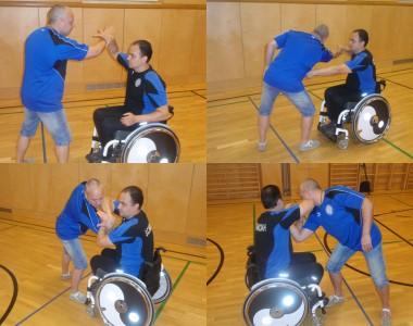 4 Bilder die einen Rollstuhlfahrer bei einem Selbstverteidigungskurs in einer Sporthalle zeigen.