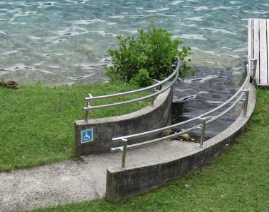 Barrierefreier Seezugang für RollstuhlfahrerInnen in Bled, Slowenien