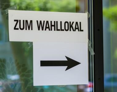Schild: Zum Wahllokal
