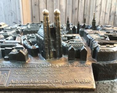 Ein Tastmodell der Münchner Frauenkirche und der Gebäude in der Umgebung.