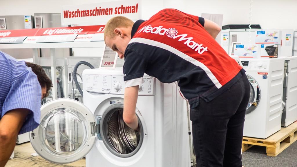 Markus Kirschner berät Kunden bei Waschmaschinenkauf