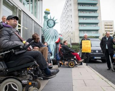 Performance für Nachbesserungen zum Bundesteilhabegesetz am 13. Oktober vor dem Berlin Congress Center