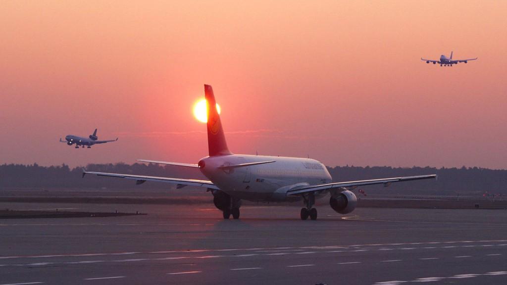 Flugzeug mit Sonnenuntergang