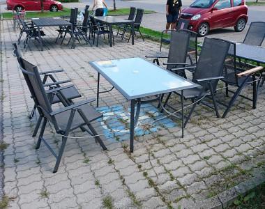 Am Behindertenparkplatz des Dänischen Bettenlagers stehen Sommermöbel zum Verkauf.