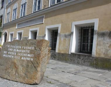 Mahnstein Für Frieden Freiheit und Demokratie nie wieder Faschismus Millionen Tote mahnenm vor dem Geburtshaus von Adolf Hitler