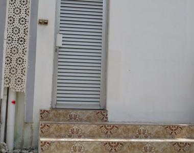 WC mit Rollstuhlsymbol und 4 Stufen davor.