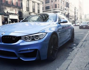 Blauer BMW geparkt am Straßenrand
