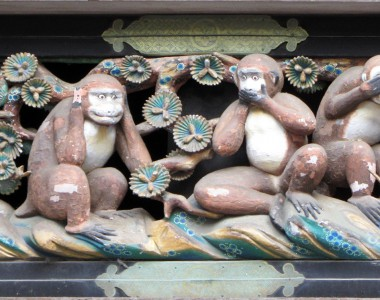 Drei Affen Motiv aus Holz in Nikkō. Erster Affe hält sich die Ohren zu. Zweiter Affe hält sich den Mund zu. Der dritte Affe hält sich die Augen zu.