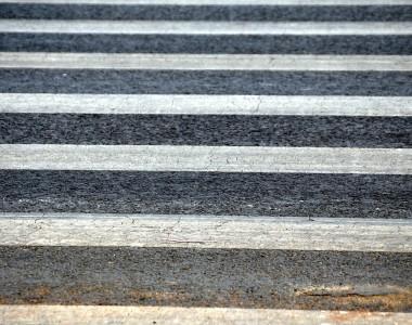 Das Muster eines Zebrastreifens in Nahaufnahme.