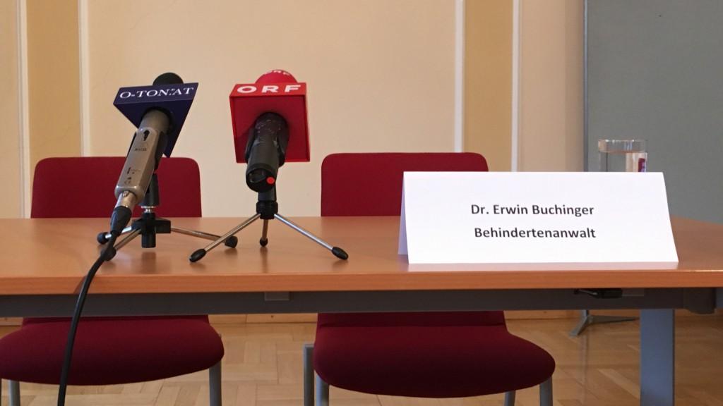 Erwin Buchinger Schild am Tisch