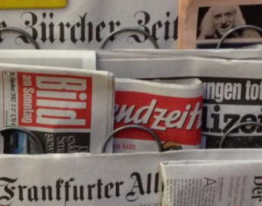 Ein Zeitungsständer mit verschiedenen Tageszeitungen. Bild, Frankfurter Allgemein, Neue Zürcher Zeitung und andere.