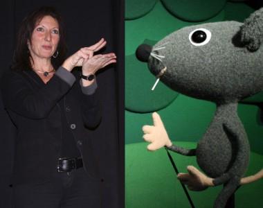 Links: ÖGS-Dolmetscherin Sabine Zeller / Rechts: Der kleine Vogel Tikidu