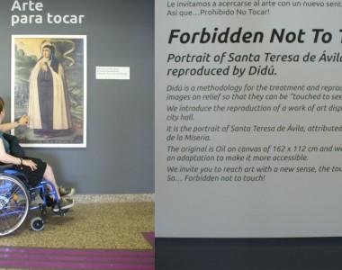 Ein zweigeteiltes Bild. Links ist eine Frau im Rollstuhl zu sehen die in einem Museum ein Bild mit der linken Hand angreift. Das zweite Bild zeigt den Erklärungstext, dass es ein Relief zum angreifen ist, damit das Bild barrierefreier ist. Bitte angreifen!