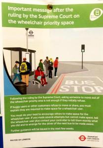 Eine Information von Transport for London für die Busfahrer, dass sie den Rollstuhlplatz in Bussen frei räumen sollen.