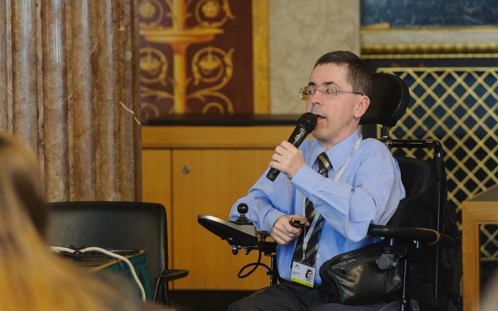 Martin Ladstätter trägt beim Fachgespräch Digitale (R)Evolution im Parlament am 31. März 2017 vor