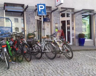 9 Fahrräder verstellen einen Behindertenparkplatz