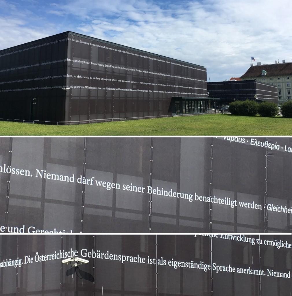 Temporäre Pavillons des Parlament am Heldenplatz mit Texten der Bundesverfassung (u.a. Artikel 7 und 8)