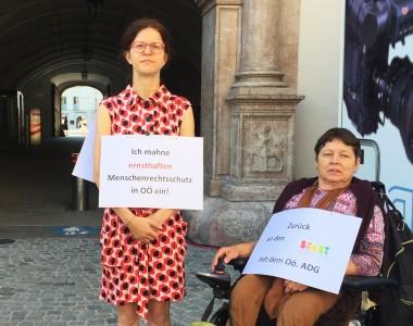 Stille Mahnwache von Angela Wegscheider und Klaudia Karoliny
