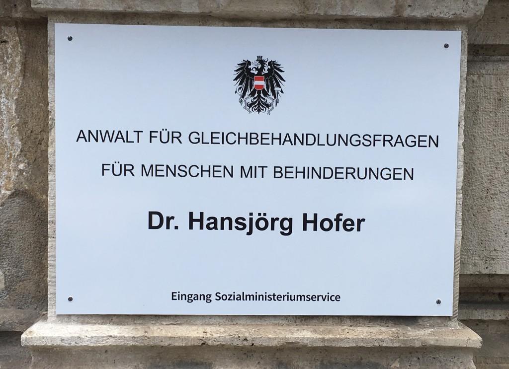 Eingangsschild des Behindertenanwalt Hansjörg Hofer