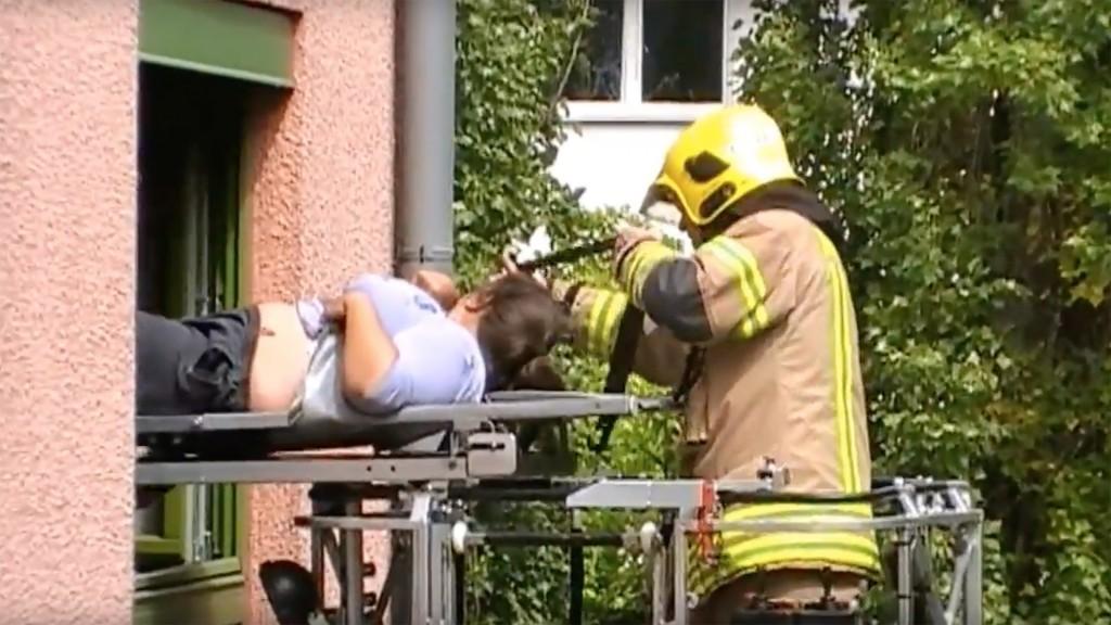 Rollstuhlfahrerin wird mit Feuerwehrdrehleiter liegend geborgen
