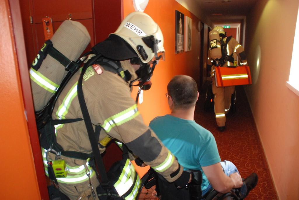 Rollstuhlfahrer wird von Feuerwehr aus Zimmer geholt