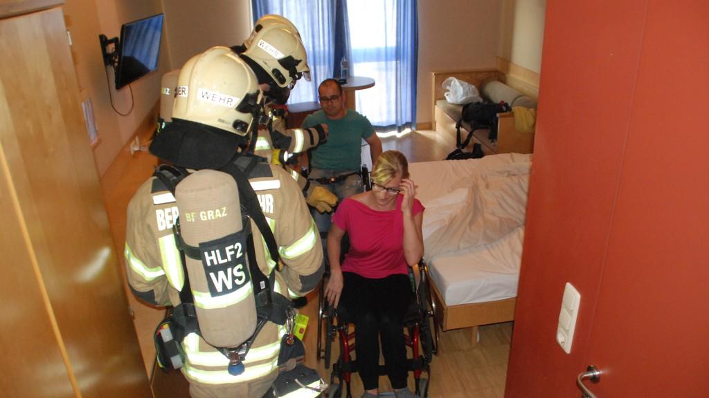 RollstuhlfahrerInnnen werden von Feuerwehr aus Zimmer geholt