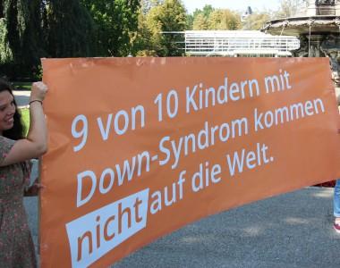 Jugend für das Leben hält Transparent: 9 von 10 Kindern mit Down-Syndrom kommen nicht auf die Welt