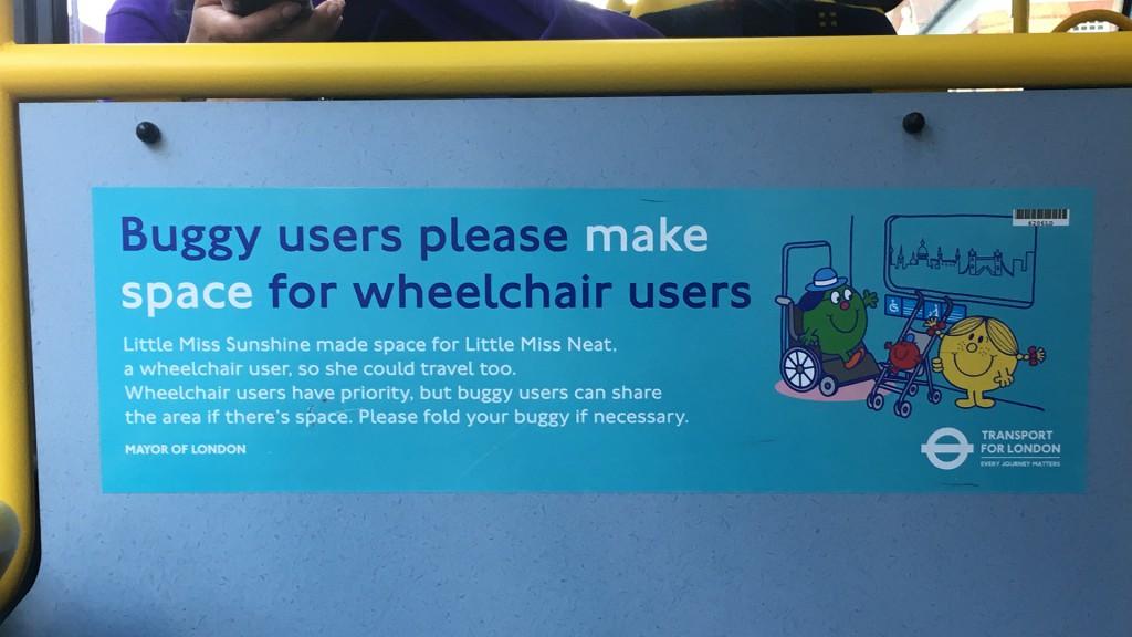 Auf einem offiziellen Aufkleber in einem Bus in London steht: Rollstuhlfahrer haben gegenüber Kinderwägen Priorität. Bitte machen Sie Platz damit auch die Person im Rollstuhl mitfahren kann.