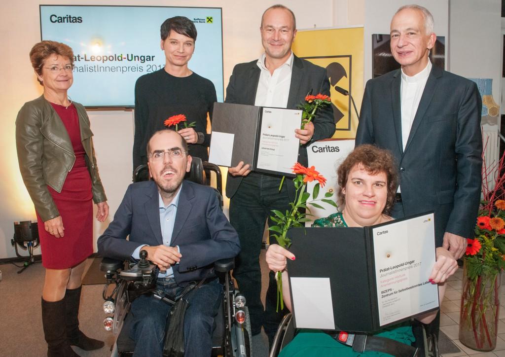 Gruppenbild der Anerkennungspreisträger beim Prälat-Leopold-Ungar-Preis 2017. Im Vordergrund Markus Ladstätter und Katharina Müllebner von BIZEPS für barrierefrei aufgerollt
