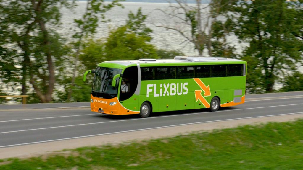 Ein grüner Bus mit Aufschrift FLIXBUS fährt von rechts nach links.
