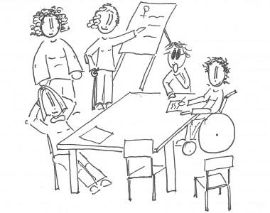 Frauen rund um um einen Tisch bei einem Seminar