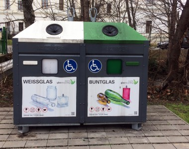 Glascontainer in Schwechat mit zusätzlicher Einwurf in einer auch für RollstuhlfahrerInnen gut erreichbaren Höhe