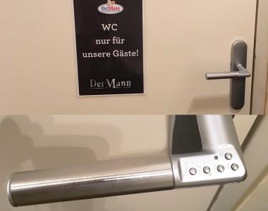 Zweigeteiltes Bild, oben eine WC-Tür mit Aufschrift Der Mann - WC nur für Gäste. Im unteren Bild gibt es eine Detailaufnahme des Türgriffs, daran erkennt man dass diese Tür 5 Tasten für eine Codeeingabe hat zum Aufsperren.