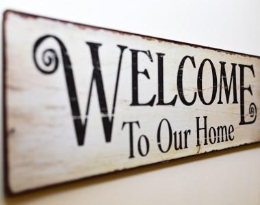 Schild mit Aufdruck: Welcome to our home