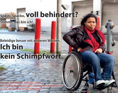 Eine Frau im Rollstuhl blickt empört in die Kamera, den rechten Arm in die Seite gestimmt. Am Bild der Text: Spasti, Spacko, voll behindert? Stimmt, das bin ich! Beleidige besser mit anderen Worten. Ich bin kein Schimpfwort.