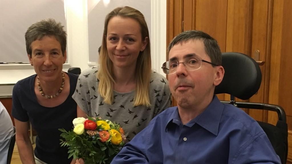 Johanna Mang (rechts) und Martin Ladstätter (links) gratulieren der neuen Vorsitzenden Christine Steger