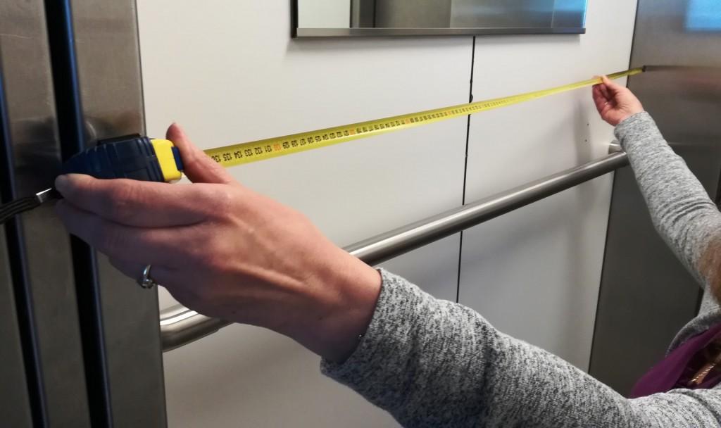 Ein Aufzug wird in der Länge vermessen