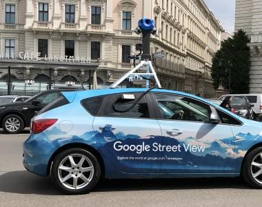 PKW mit Kamera für Google Street View vor dem Café Landtmann in Wien