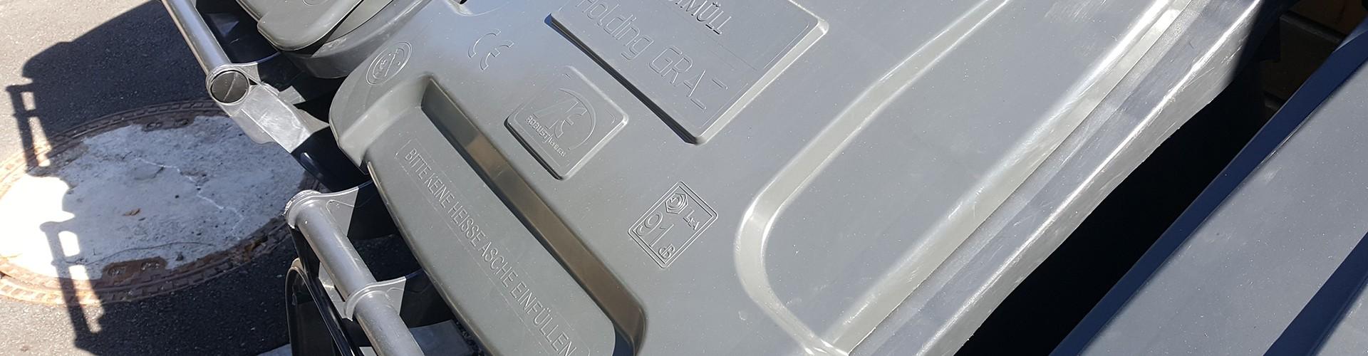 Beschriftung (Braille und erhabene Schrift) auf einer Mülltonne der Holding Graz