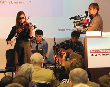 Blinde Keynote Speakerin Ciara Moser bei der FOKUS WIRTSCHAFT: inklusiv//innovativ - Veranstaltung am 27.09.2018 am Flughafen Wien