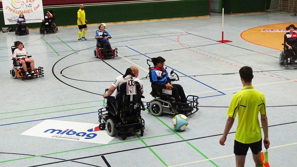 Zweikampf im E-Rolli Fußball