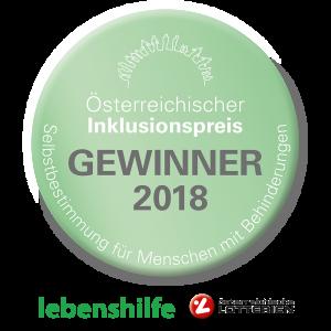 Ein grüner, runder Button mit Text Österreichischer Inklusionspreis Gewinner 2018 Selbstbestimmung für Menschen mit Behinderungen. Darunter die Logos der lebenshilfe und der österreichischens Lotterien